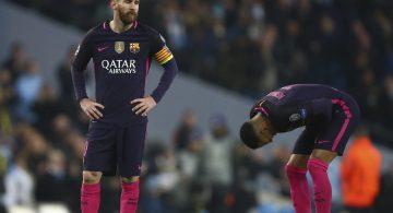 Los jugadores del Barcellona, Lionel Messi, izquierda, y Neymar, reaccionan tras perder ante Manchester City en la Liga de Campeones el martes, 1 de noviembre de 2016, en Manchester, Inglaterra. (AP Photo/Dave Thompson)