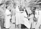 നരിക്കാട്ടേരി അയിശു ഹജ്ജുമ്മയെ ടി. ഐ.എം ഗേള്സ് ഹയര് സെക്കന്ഡറി സ്കൂളിലെ  'സ്നേഹമുദ്ര' പ്രവര്ത്തകര് ആദരിക്കുന്നു