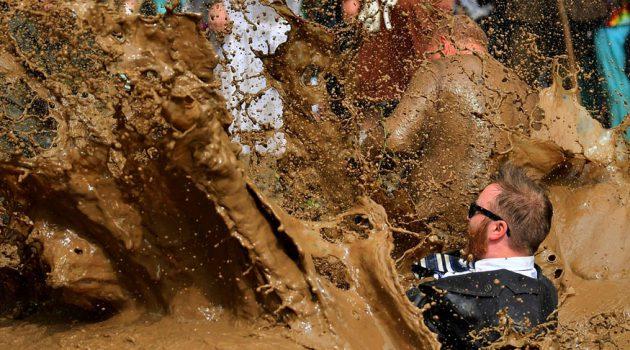 ജര്മനിയിലെ ഹെര്ജിസ്ഡോര്ഫില് പരമ്പരാഗതമായി നടക്കുന്ന 'ഡെര്ടി പിഗ'് എന്ന പേരിലുള്ള ചെളി വിനോദത്തില് നിന്ന്.